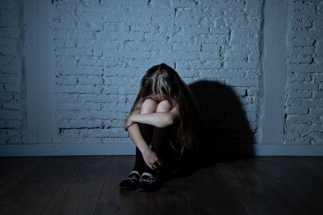 Si finge bambina su Whatsapp e abusa di tre minorenni a Mila