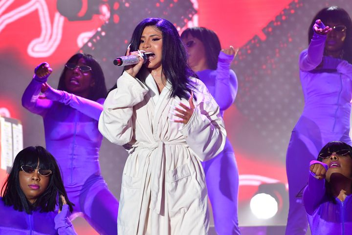 Cardi did not let a malfunction of his wardrobe discourage her. & Nbsp;