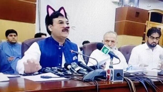 Funzionari pakistani sono andati in diretta Facebook mascherati da