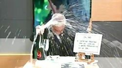 Este hombre enseña a abrir un vino en directo y le sale todo