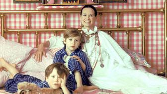 LONG ISLAND, NY - MARCH 30: Socialite and heiress  Gloria Vanderbilt poses for a portrait session with her sons Anderson Cooper (left) and Carter Vanderbilt Cooper on a bed in their home on March 30, 1972 in Southampton, Long Island, New York. (Photo by Jack Robinson/Hulton Archive/Getty Images)