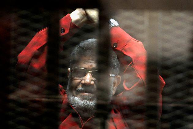 Αίγυπτος: Κατέρρευσε στο δικαστήριο και πέθανε ο εκτοπισμένος πρόεδρος