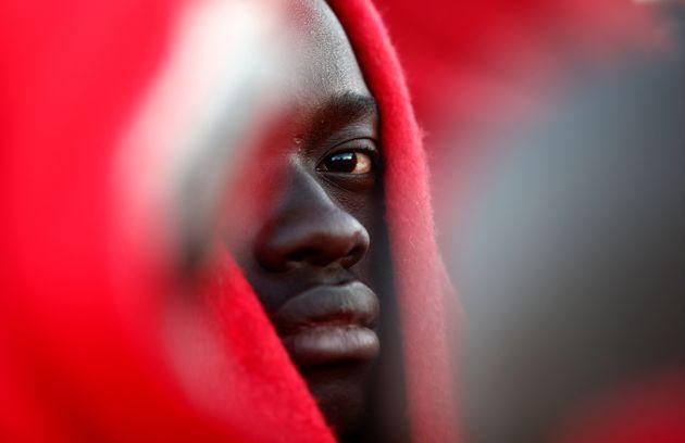 Un migrante, interceptado en aguas del Estrecho el pasado 6 de enero, retratado a su llegada al puerto...