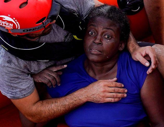 Un voluntario de Proactiva Open Arms atiende a Josefa, de Camerún, tras rescatarla en julio de...