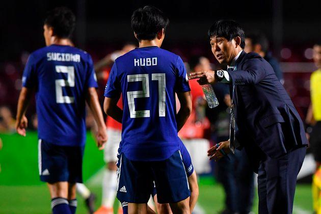 MF・久保建英選手に指示を出すサッカー日本代表の森保一監督