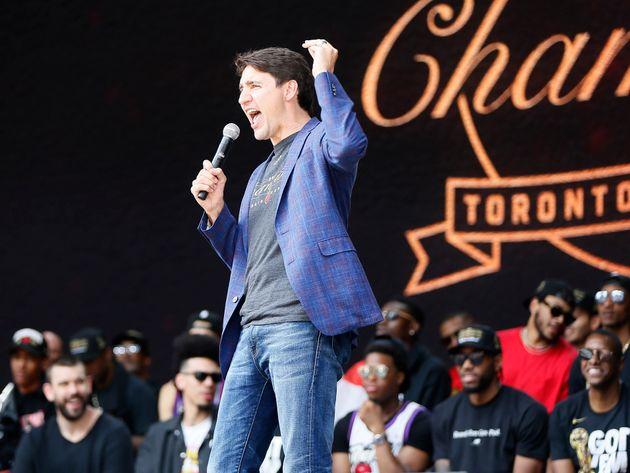 NBA優勝パレード、銃撃事件で2分間中断も続行。トルドー首相はラプターズのファンに語りかけた。
