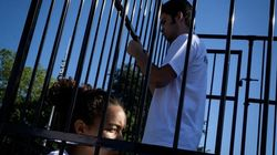 Γιατί έφηβοι κλείστηκαν σε κλουβιά έξω από την έδρα του ΟΗΕ στη