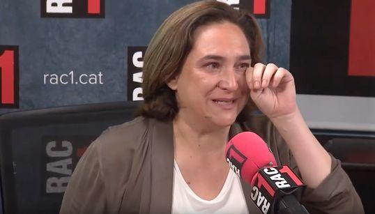 """Colau rompe a llorar en una entrevista: """"Pienso en mis"""