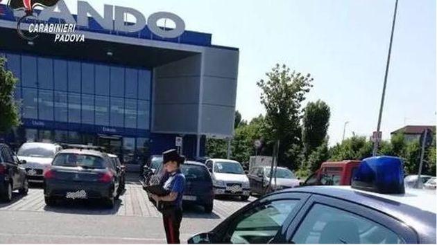 A Padova un pensionato litiga con una donna per un parcheggio e le riga tutta la