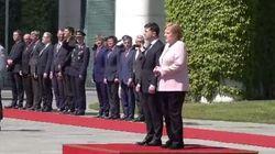 Merkel inizia a tremare durante una cerimonia. Paura per la Cancelliera, che assicura: