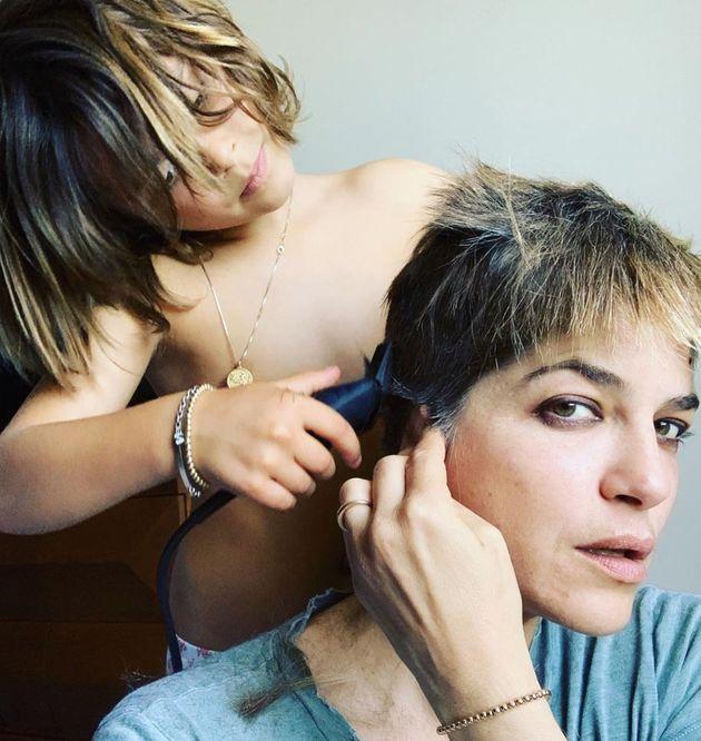 Selma Blair se rase le crâne avec l'aide de son