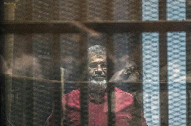 Photo d'archives montrant l'ancien président égyptien Mohamed Morsi lors de son procès...