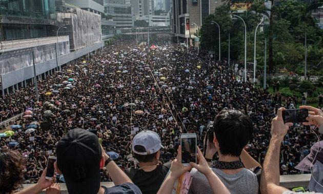 Τι συμβαίνει όταν ασθενοφόρο πρέπει να περάσει από διαδήλωση στο Χονγκ
