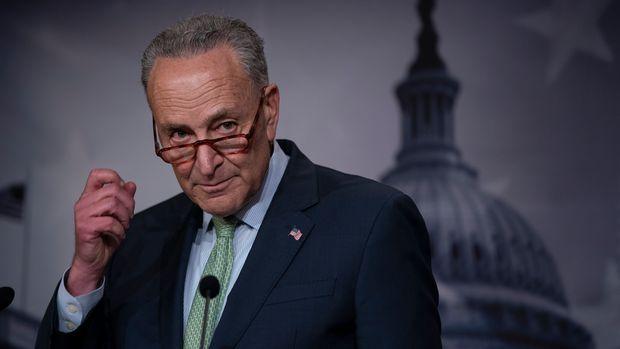 El senador demócrata Chuck Schumer conversa con la prensa en el Capitolio en Washington, el jueves 23 de mayo de 2019, después de que la cámara alta aprobara una iniciativa de asistencia para casos de desastre por 19.000 millones de dólares. (AP Foto/J. Scott Applewhite)