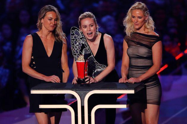 Brie Larson conquistou o prêmio de Melhor Luta e recebeu o troféu ao lado de suas duas
