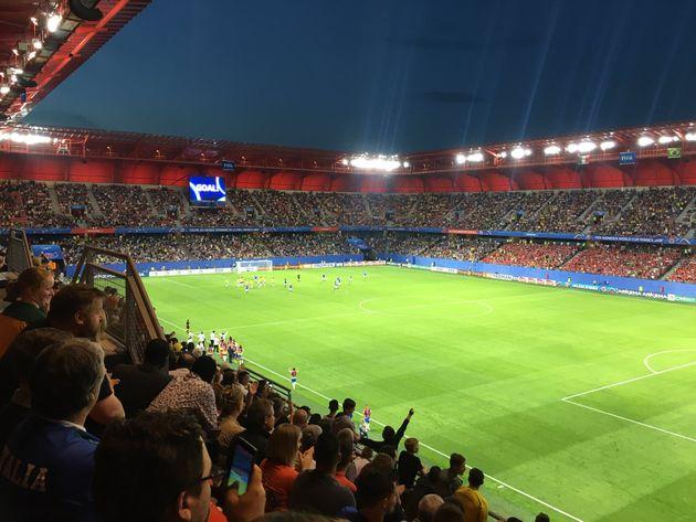 No estádio em Valenciennes, milhares foram assistir ao jogo do