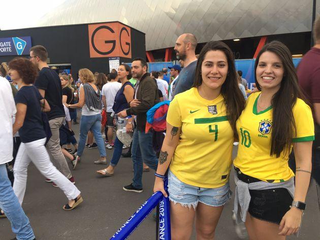 As amigas Ketellen França, 24 anos, agente comercial, e Laura Luzzi, 22 anos,estudante --...