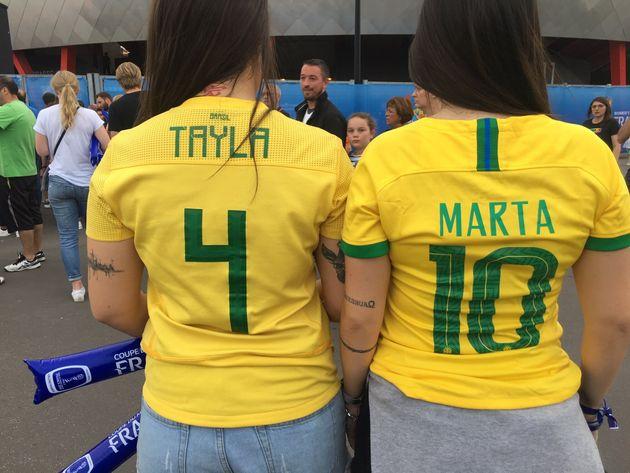Ketellen, com a camisa da jogadora Tayla e Laura, com a da