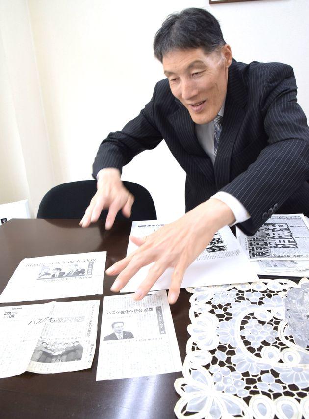 過去の新聞記事を、スクラップしているという岡山恭崇さん