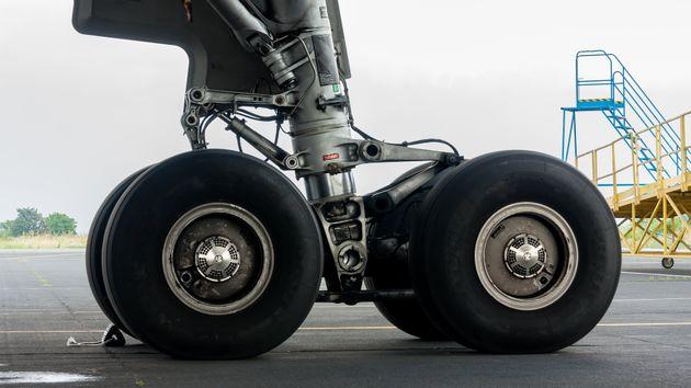 Αεροπλάνο συγκρούστηκε με αυτοκίνητο στο αεροδρόμιο των