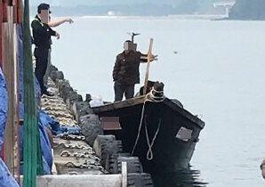 지난 15일 북한 선원들이 삼척항 부두에 정박한 뒤 주민과 대화를 나누는