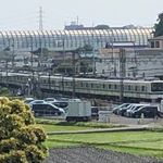 小田急線が脱線 踏切で車と接触、けが人なし 復旧には時間かかる見込み
