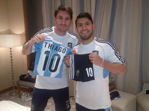 best loved fdcd8 bd1a4 Lionel Messi Presented New Kit For Son Thiago By Sergio ...