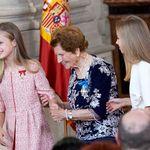 El dulce gesto de Leonor y Sofía con una anciana en un acto