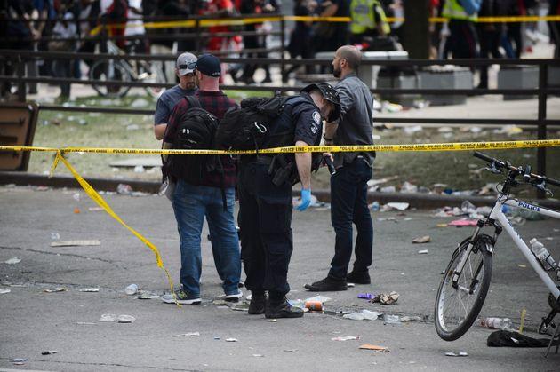 Les policiers cherchent des preuves reliées aux coups de feu tirés lors du défilé...
