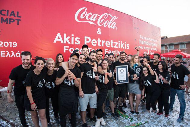 Ο Ακης Πετρετζίκης, με την υποστήριξη της Coca-Cola, έσπασε ένα από τα GUINNESS WORLD