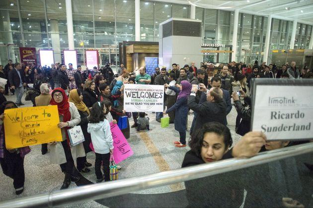 Des Canadiens attendent l'arrivée de réfugiés syriens qu'ils parrainent, à...