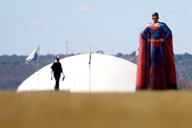 Super-Moro em frente ao Congresso.