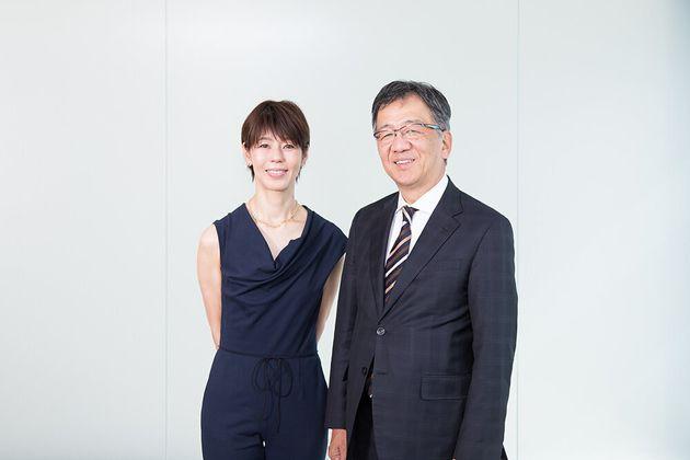 三菱ケミカルの和賀昌之社長(右)と河合薫さん=東京