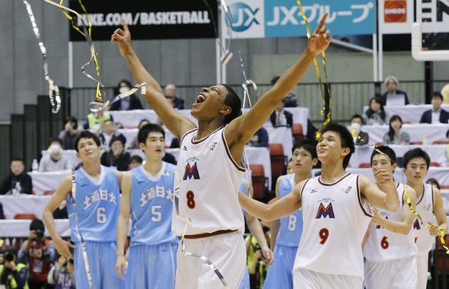 土浦日大に勝って3連覇を果たし、喜ぶ明成の八村塁(中央)ら=2015年12月29日、東京体育館
