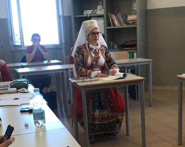 Anastasia, all'esame terza media in costume sardo: