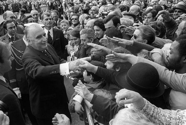 Georges Pompidou prend un bain de foule le 10 juin 1972 au Mans, à l'occasion du départ...