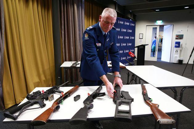 Le 11 avril, un sergent présente les armes qui sont désormais illégales en Nouvelle-Zélande...