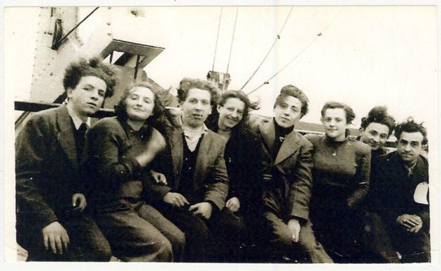 Des orphelins de guerre à bord du USS General SD Sturgis voyageant vers Halifax, Nouvelle-Écosse,...