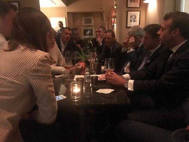 Il confronto prosegue di notte: Conte, Macron e Merkel davanti a una birra in