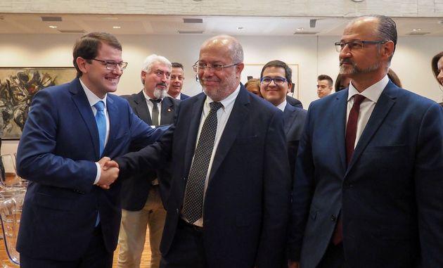PP y Cs firman un acuerdo de cien medidas para gobernar Castilla y