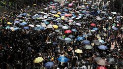Χονγκ Κονγκ: Χιλιάδες διαδηλωτές έξω από το αρχηγείο της