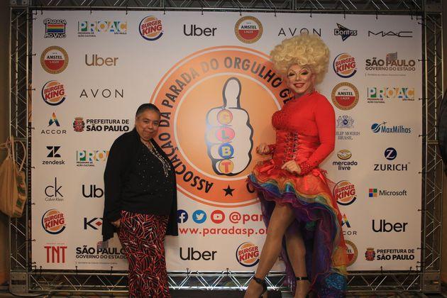 Cláudia Garcia, presidente da APOGLBT, e a drag queen Tchaka, anfitriã da