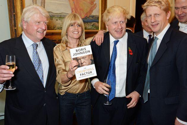 Stanley Johnson y sus hijos Rachel, Boris Johnson y Jo, en Londres en 2014, en la presentación...