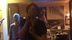 Yannick Noah chante en pleine rue à Paris pour la Fête de la