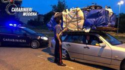 Porta per 700 km una camera da letto sul tetto dell'auto: i carabinieri gli ritirano la