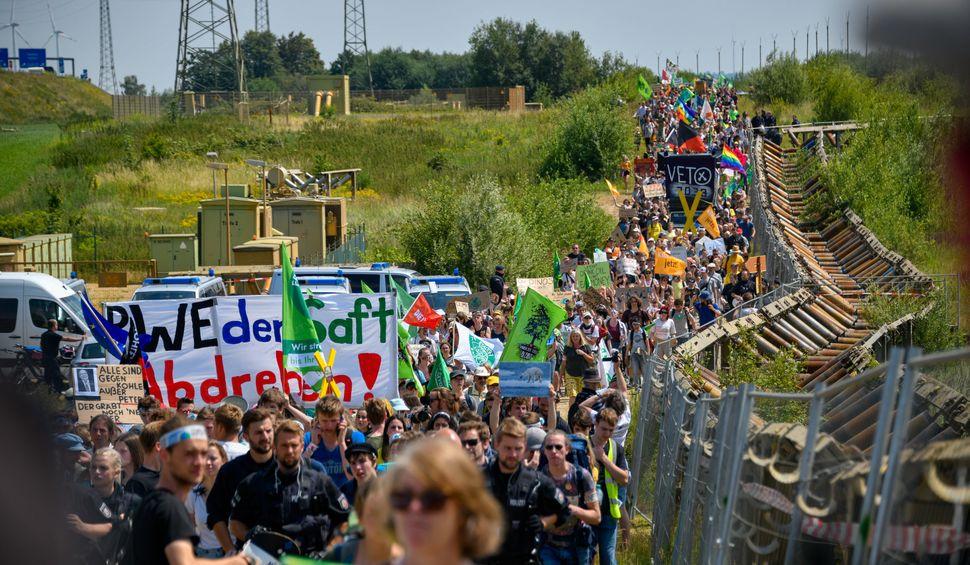Un immense cortège d'activistes a défilé aux abords de la mine, cherchant à...