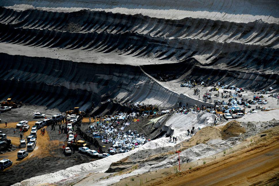 L'objectif des militants écologistes est d'empêcher la mine de fonctionner normalement pendant...