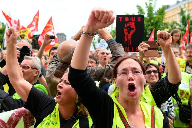 À Belfort, des dizaines de gilets jaunes ont défilé en soutien aux salariés...
