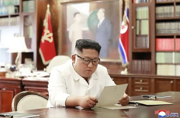 김정은 북한 국무위원장이 트럼프 대통령의 친서를 읽는 모습을 조선중앙통신이 23일 홈페이지를 통해