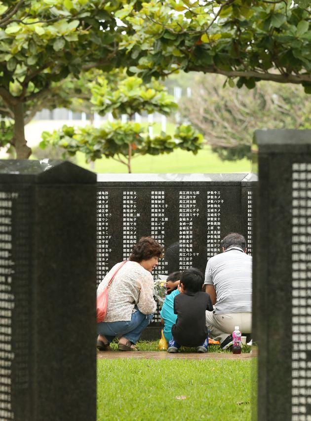 「平和の礎(いしじ)」を訪れ、戦争の犠牲者を悼む人たち=6月23日午前、沖縄県糸満市の平和祈念公園